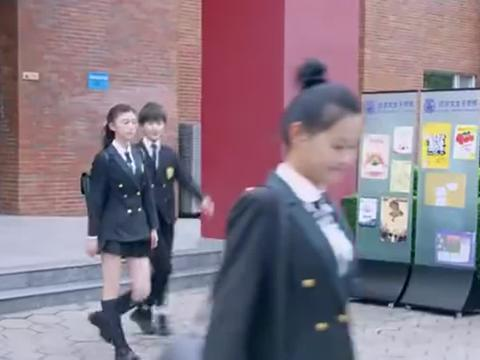假小子帮女同学找到造谣元凶,不料女同学不领情,转身坐上豪车了
