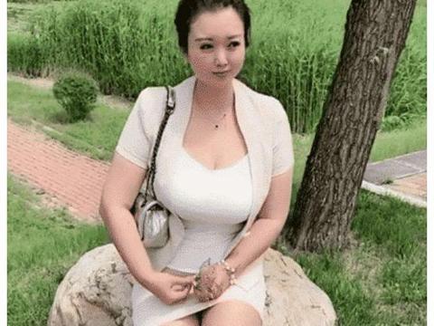 时尚街拍:公园气质小少妇,紧身衣包臀裙坐石头上,不凉吗