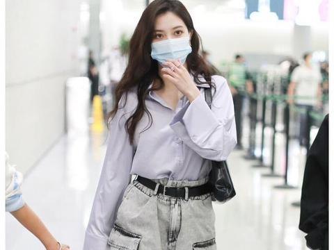 街拍:宋妍霏穿紫色衬衫配短裤搭时尚长靴,尽显清爽迷人