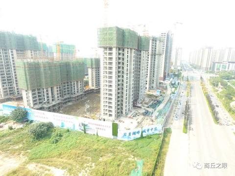 """商丘珍宝岛、雍景和府项目 高围挡背后的""""脏乱差""""黄土裸露"""