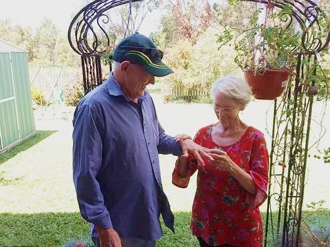 失而复得!澳洲夫妇丢失结婚戒指49年,金婚纪念日前夕竟重新寻回