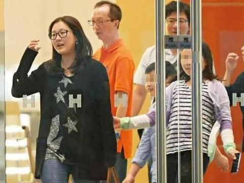 走进伏明霞在香港的豪宅:老公太宠她了,还在客厅里装了个泳池