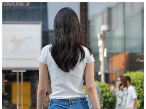 美女街拍:小姐姐V领针织衣搭配蓝色牛仔裤,时尚青春,活力四射