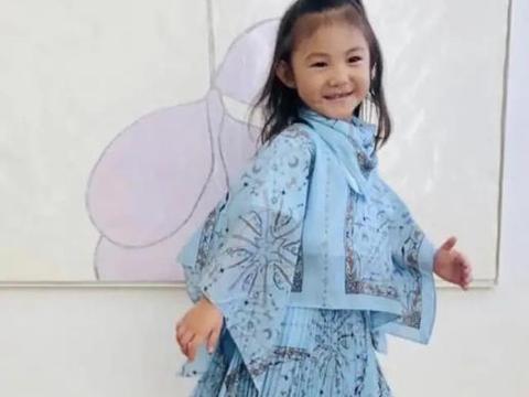 陈冠希女儿接新代言很神气,小小年纪资源丰富,父亲为爱浪子回头