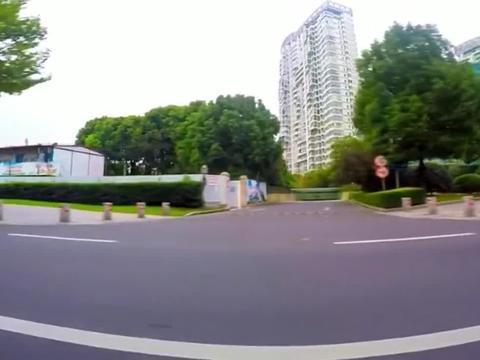 小s听说陈伟霆要开跑车接她,满满的期待,结果对方骑了辆自行车