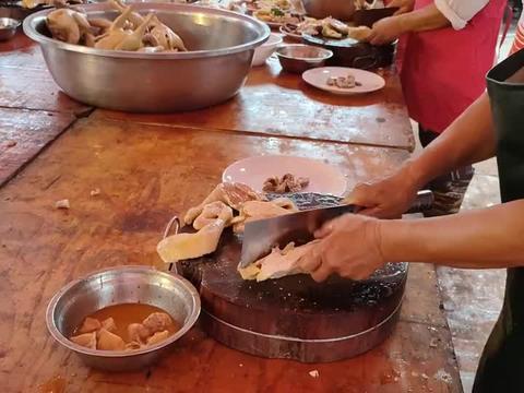 广西农村大厨,1分钟切完一只白切鸡,起码要有5年功底才有这刀法
