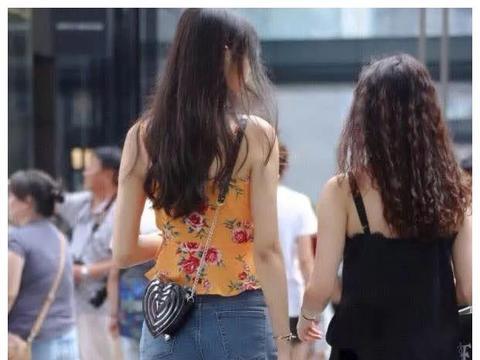 """街拍:小姐姐穿""""柠檬碎花背心""""现身,身旁的玉米须闺蜜都黯然了"""