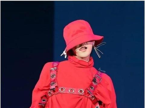 韩民男神权志龙,身穿红色圆环背带工装风,不愧是时尚界宠儿