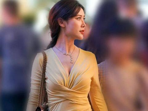 网纱裙看起来又酷又潮,再加上小姐姐自身的气场,十分性感时尚