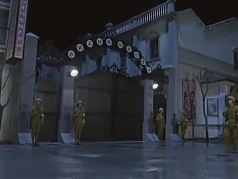 美珍本来要潜入日军窝点爆破,怎料小伙竟然把药包抢走,有点猛啊