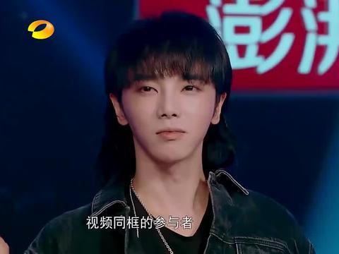 """华晨宇被小歌迷告白,一句""""你要照顾好嗓子"""",花花眼圈含泪!"""