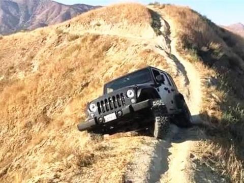 野外偶遇一辆牧马人,两边都是悬崖,网友:车主是真有心眼啊!