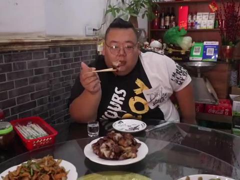 杏花村蹭饭吃,酒风实在彪悍,去饭店吃饭,人人拎三五斤散酒