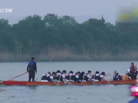 节目组的跟拍快艇激起浪花,兄弟团龙舟无法划行,教练直接暴怒!