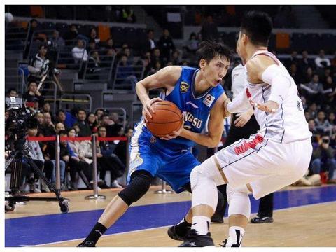 """中国男篮接连退役,又一老将宣告退役,被球迷称为""""排骨飞人"""""""