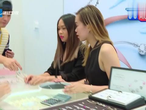 陈赫baby用咖啡豆和袋子,换得了笔记本和唇膏,开心的展示!