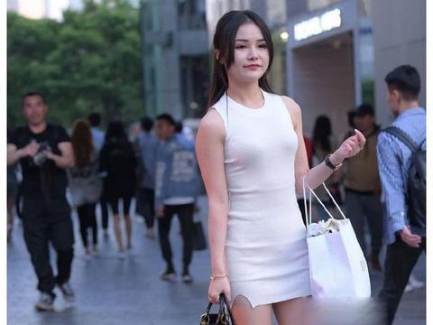 美女街拍:小姐姐白色修身长裙,温柔知性,韵味十足