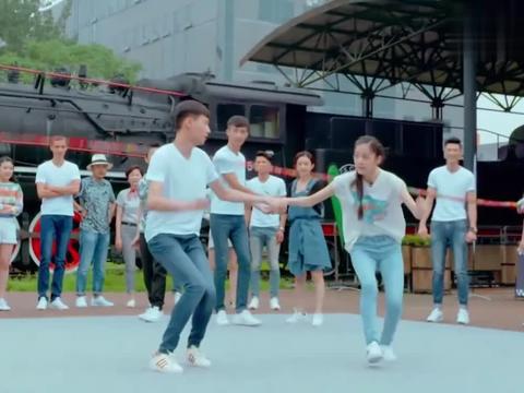 赵丽颖手拉男模跳绳,配上刘欢的《从头再来》,简直不要太嗨