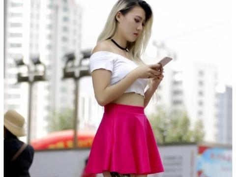 街拍时尚纹身美女,玫红色短裙,一字肩露脐上衣