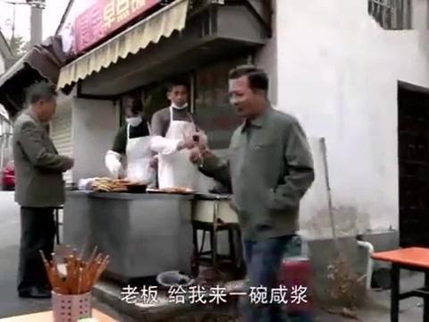 夫妻俩正在炸油条,妻子却看到他后,筷子都掉在地上