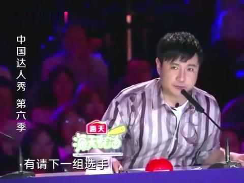 中国达人秀:三位小伙在达人秀做广播体操,彩虹圈玩的太绚丽
