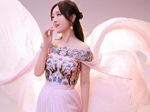 杨钰莹还是不服老,穿粉色一字肩仙女裙清新脱俗,49岁美的惊艳