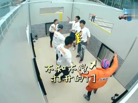 奔跑吧:大黑牛手脚同用超快爬行,邓超郑恺看到都无语,太狠了