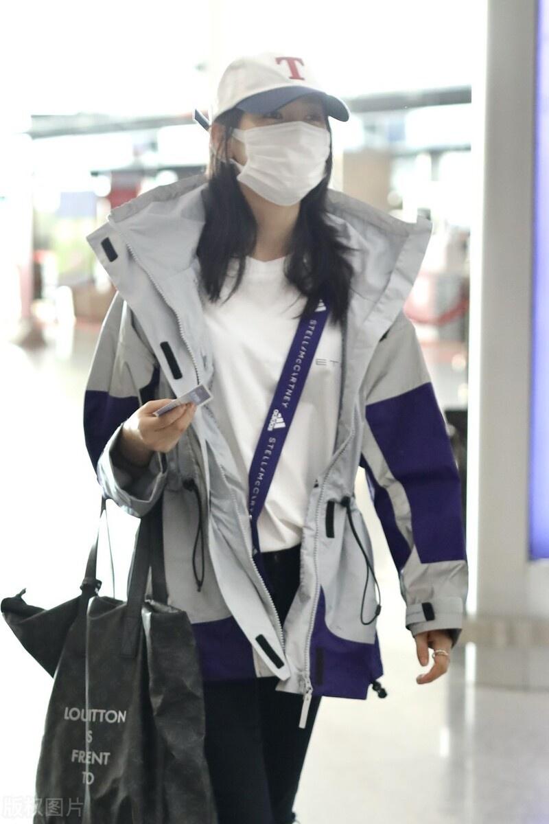 童瑶包裹严实现身机场,穿白色打底搭风衣,头戴棒球帽很低调