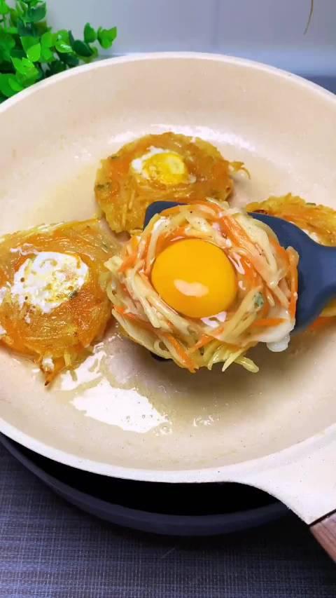 早餐不知道吃什么的,不如试试这个鸟巢鸡蛋饼吧,孩子超喜欢
