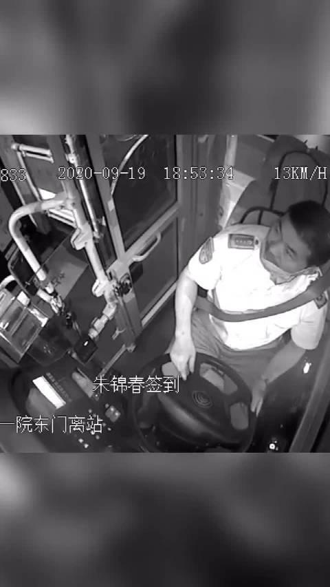 小学生乘公交坐错车,暖心司机开私家车送他回家