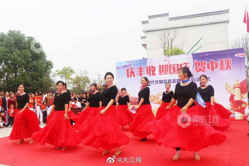 江西余干:实践广场庆丰收 欢心齐舞迎双节