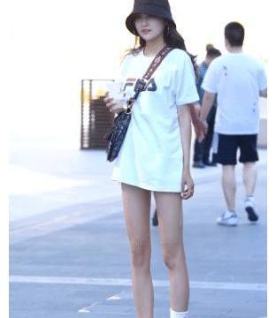 街拍:运动风女孩的穿搭秘籍,白T恤搭配运动鞋,凸显绝佳好气质