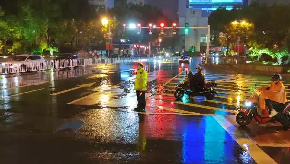 长沙 长沙城区突降暴雨 交警蜀黍坚守一线