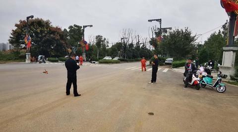 汉中:兴汉新区发生一起交通事故,一辆电动车被撞飞几十米远