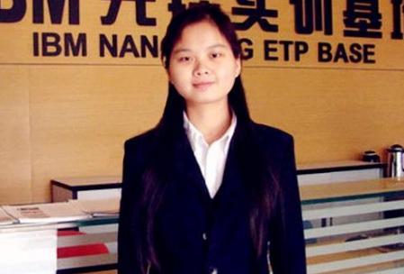 她高考两次失利,385分只能读专科,三家跨国公司争抢