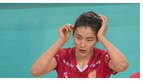 江苏女排3-1胜上海队,刁琳宇与队友撞一起倒地,天津队看台观看