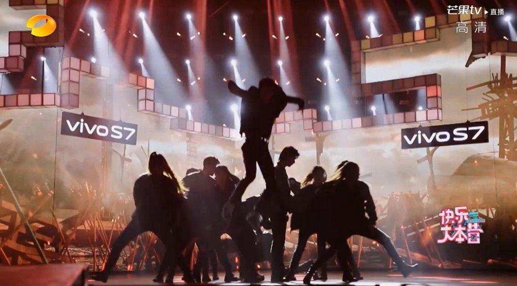 黄明昊超燃演绎《曹操》! 独舞的大幅度动作气势磅礴!