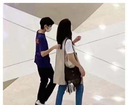袁咏仪携子逛街,身材纤细依旧少女,14岁魔童身高逼近妈妈