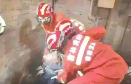 惊险!吉林市89岁老人落入室内深井,消防员进入井内营救…