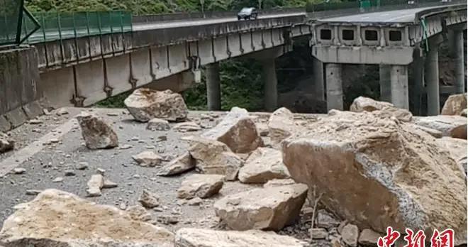 四川雅西高速桥梁被崩塌危岩砸断 26日16时起实行单幅双向通行