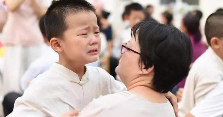 """为什么孩子挨打后,还会伸手""""要抱抱""""?看完能抱就抱抱他吧"""