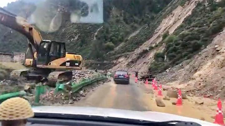 四川一国道突遭泥石流侵袭道路中断 有游客称一警车被落石砸毁