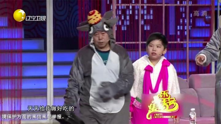 小品《童话》:潘长江闫学晶扮灰太狼红太狼,为了儿子演动画片