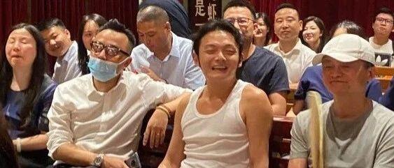 陪马云打卡的背心男:从小混坡子街,摆摊炸串起家,开了家亚洲最大的小龙虾馆!
