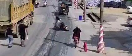 流沙两女子相继在同个路段摔伤,罪魁祸首竟是这辆泥头车...