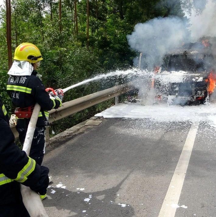 男子包车拉家具去广东,行驶到容县时突然起火,车和货都烧没了