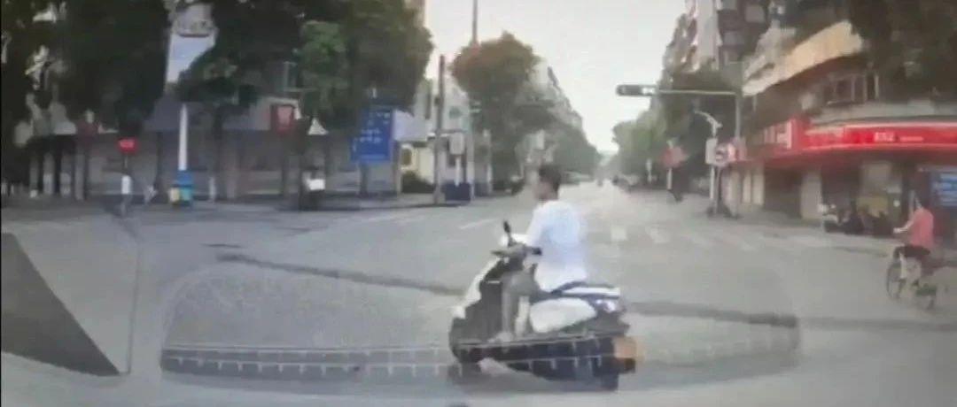 """【吓人】澄海一摩托车大摆S""""挑衅""""小车,行车记录仪拍下惊险瞬间!"""