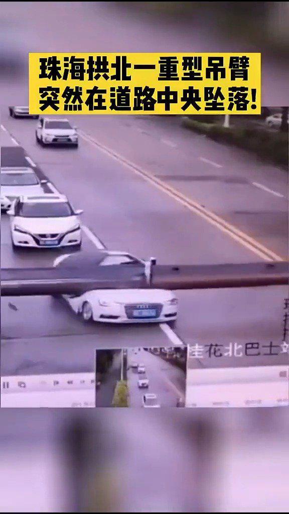 """重型吊臂""""腰斩""""轿车!司机死里逃生!事故估计司机都吓懵了"""