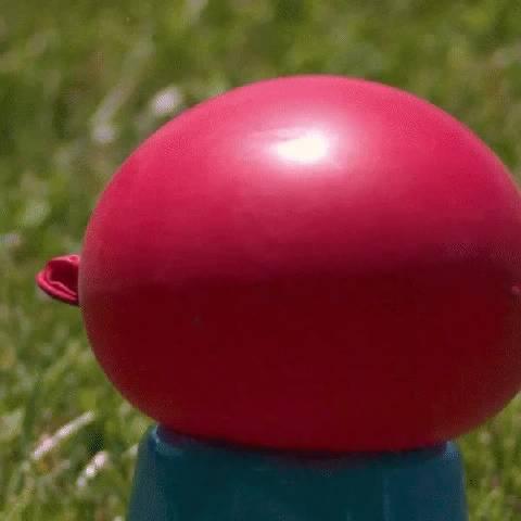 动画片是有依据的… 当棒球击中装水的气球时的实际样子