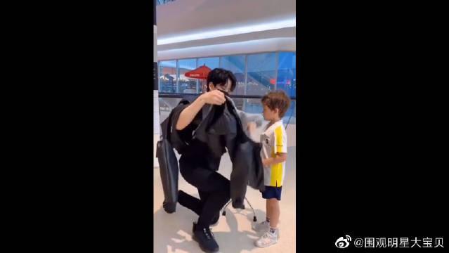 泰国明星Mike给儿子穿外套~ 腿受伤了就跪着穿的好爸爸!